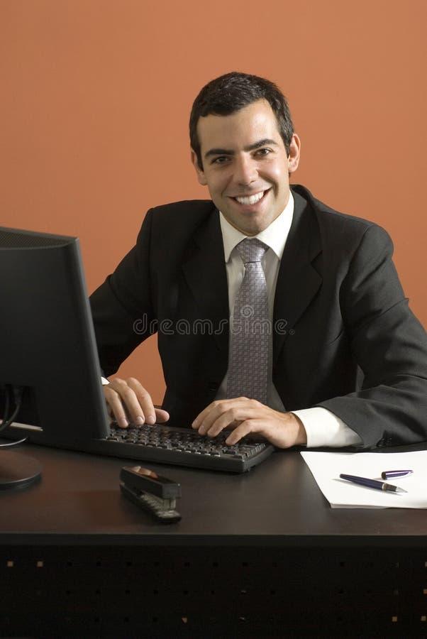 Uomo d'affari sorridente - verticale immagini stock libere da diritti