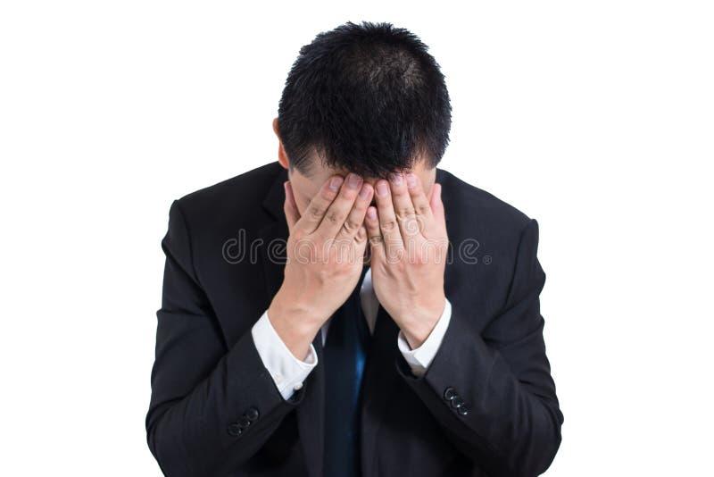 Uomo d'affari sotto sollecitato con un'emicrania isolata su fondo bianco Giovane triste deludente che riposa il suo capo a dispos fotografie stock libere da diritti