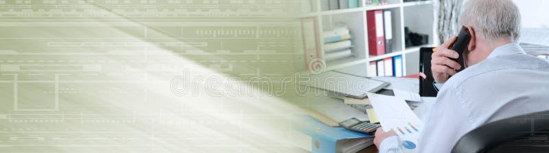 Uomo d'affari sovraccarico; insegna panoramica immagini stock
