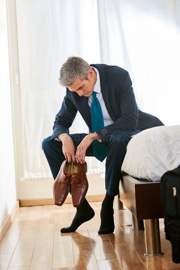 Uomo d'affari stanco nella camera di albergo fotografie stock libere da diritti