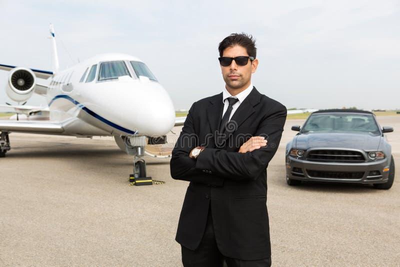 Uomo d'affari Standing In Front Of Car And Private immagine stock libera da diritti