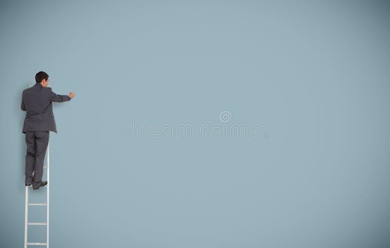Uomo d'affari su una scrittura della scala su una parete immagini stock libere da diritti