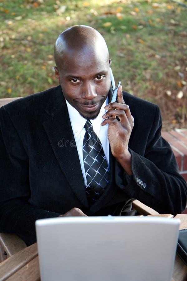 Uomo d'affari sul calcolatore fotografie stock