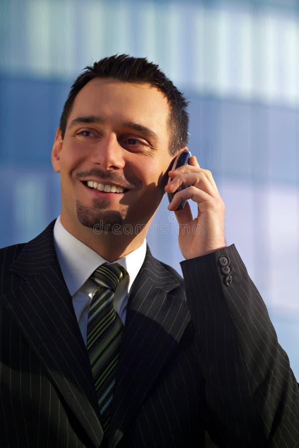 Uomo d'affari sul cellulare fotografia stock