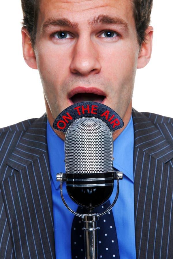Uomo d'affari sul microfono dell'aria immagine stock libera da diritti