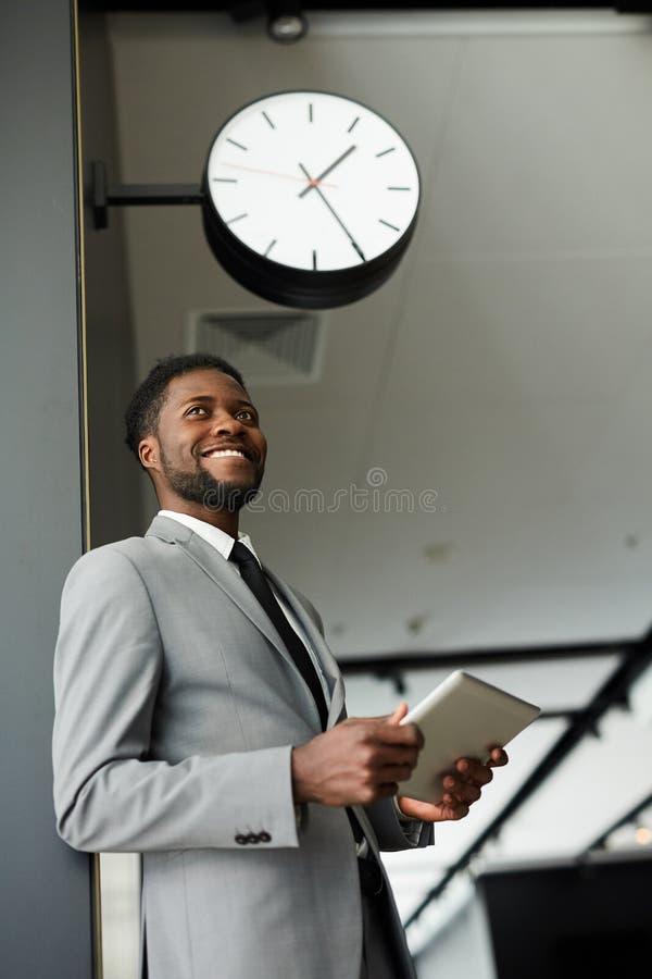 Uomo d'affari sul viaggio fotografia stock