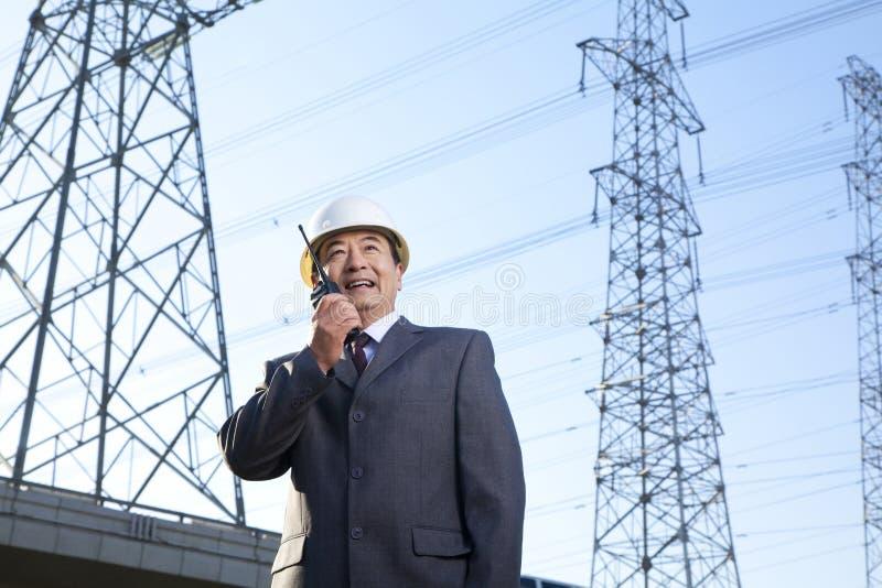 Uomo d'affari sul walkie-talkie fotografie stock libere da diritti