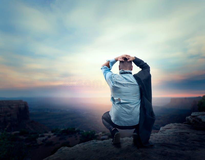 Uomo d'affari sull'orlo della montagna fotografia stock