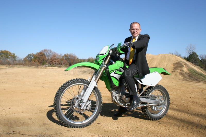 Uomo d'affari sulla bici della sporcizia fotografia stock