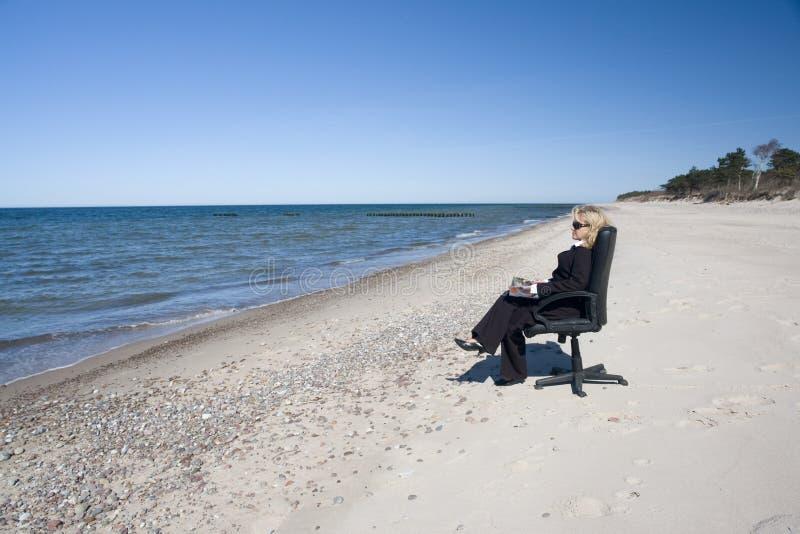 Uomo d'affari sulla spiaggia fotografia stock libera da diritti