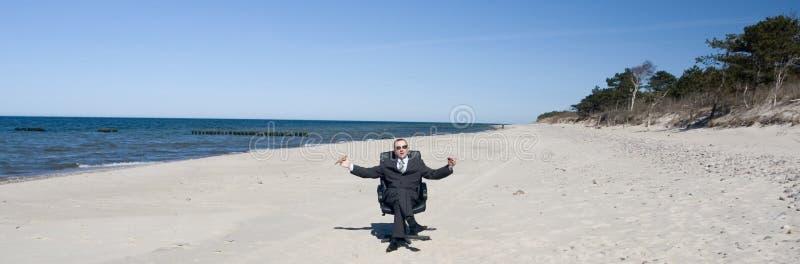 Uomo d'affari sulla spiaggia fotografie stock