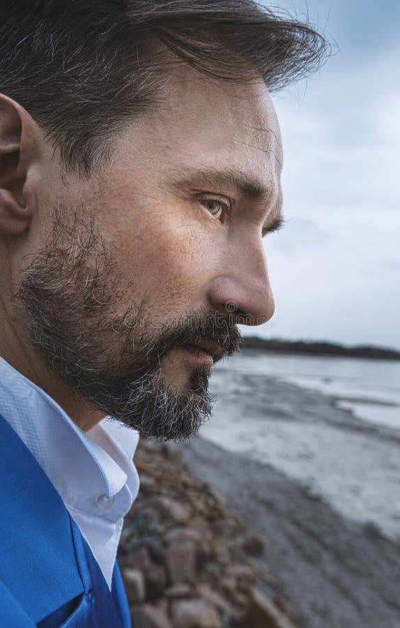 Uomo d'affari sulla spiaggia, fine sul ritratto, giorno, all'aperto fotografia stock libera da diritti