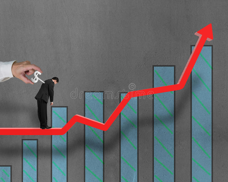 Uomo d'affari sulla tendenza crescente con la parte posteriore dell'argano dentro, un altro argano illustrazione di stock