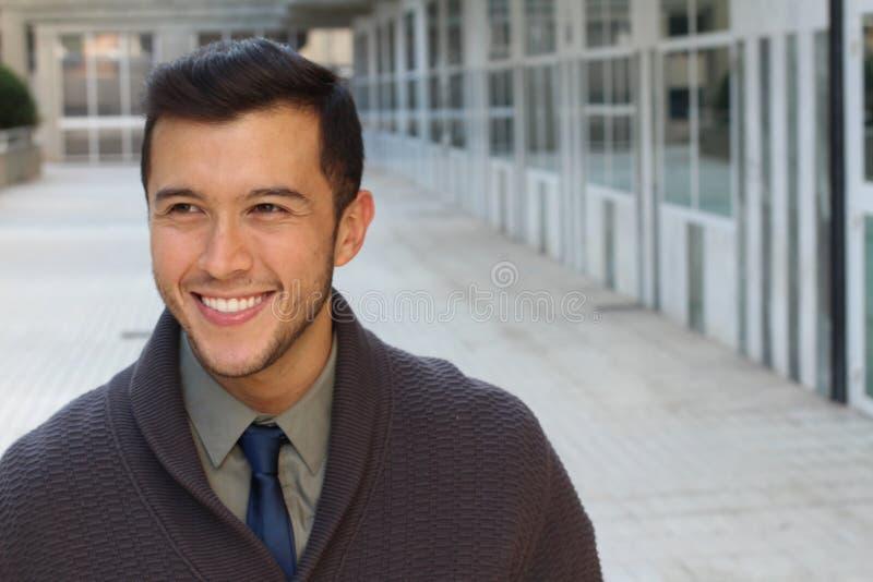 Uomo d'affari sveglio che sorride con lo spazio della copia immagine stock libera da diritti