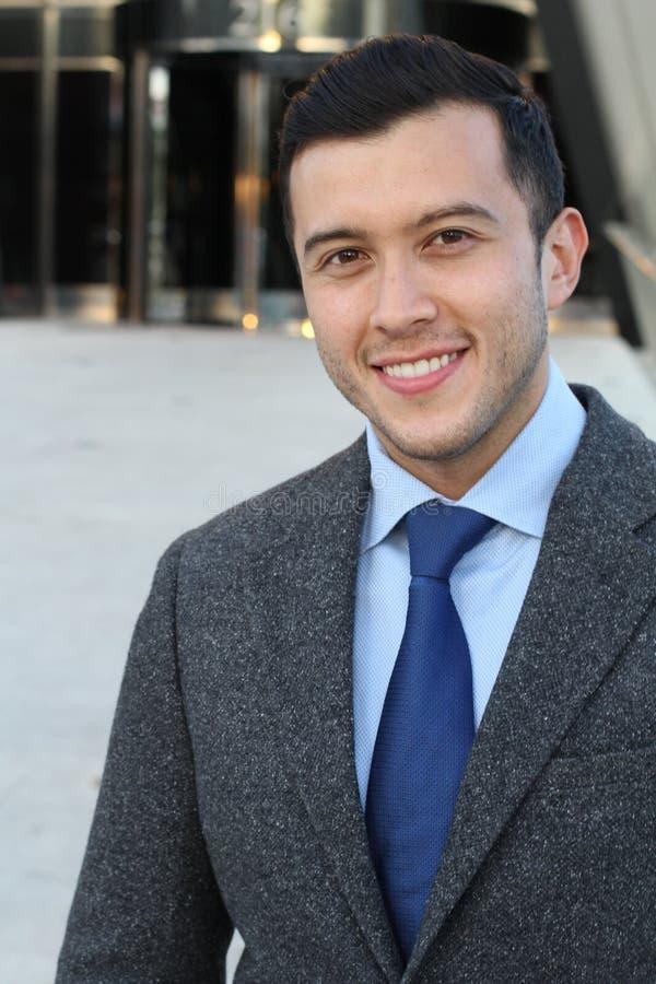 Uomo d'affari sveglio che sorride vicino su fotografia stock libera da diritti