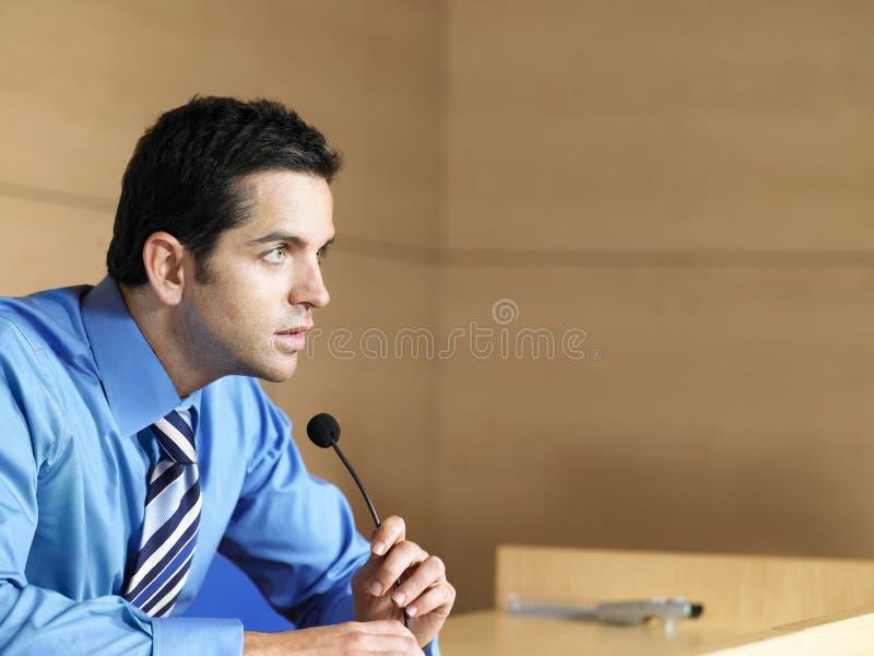 Uomo d'affari Talking Into Microphone immagine stock libera da diritti
