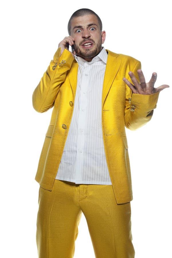 Uomo d'affari turbato che parla sul telefono, uomo di affari isolato sui precedenti fotografie stock