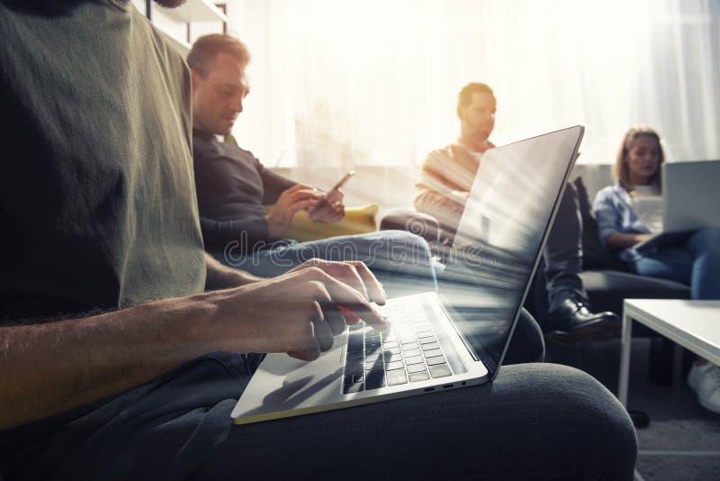 Uomo d'affari in ufficio collegato sulla rete internet Concetto di start-up immagini stock libere da diritti