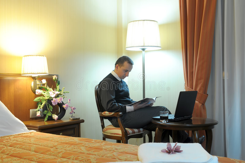 Uomo d'affari in una camera di albergo fotografia stock libera da diritti