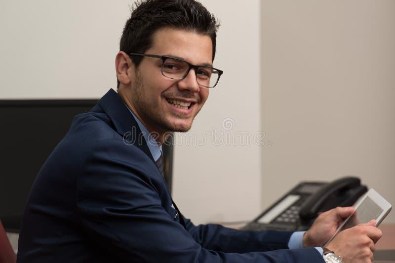 Uomo d'affari On una rottura con il suo touchpad immagine stock libera da diritti