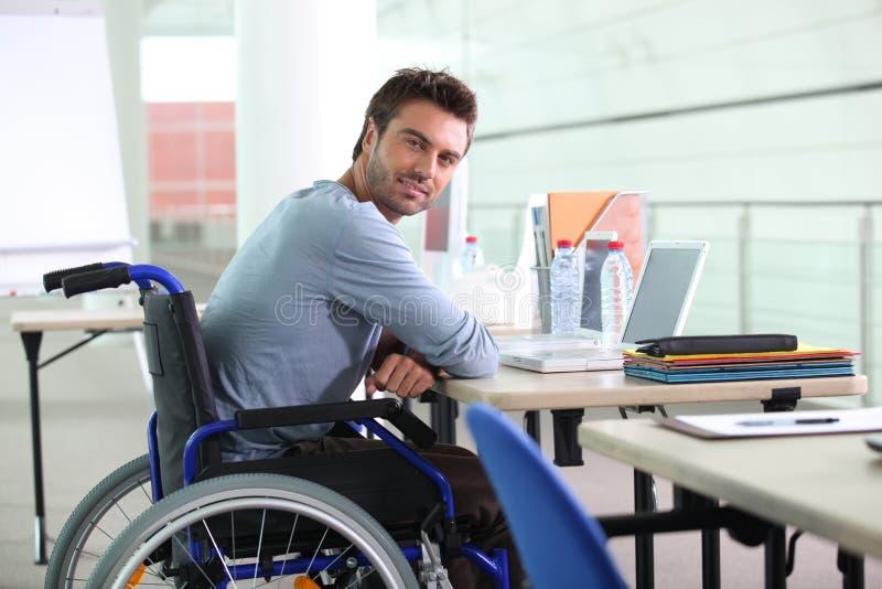 Uomo d'affari in una sedia a rotelle fotografie stock libere da diritti