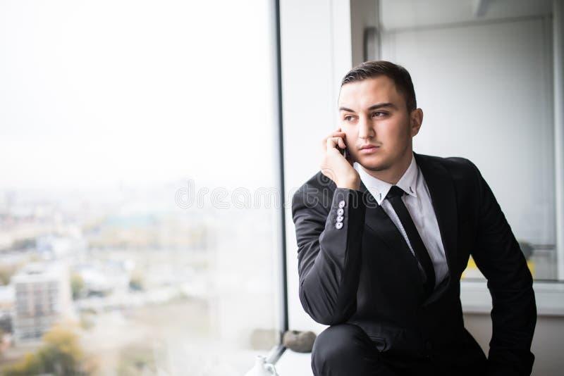 Moda Uomo Ufficio : Uomo d affari in uno spazio ufficio moderno alla moda con le