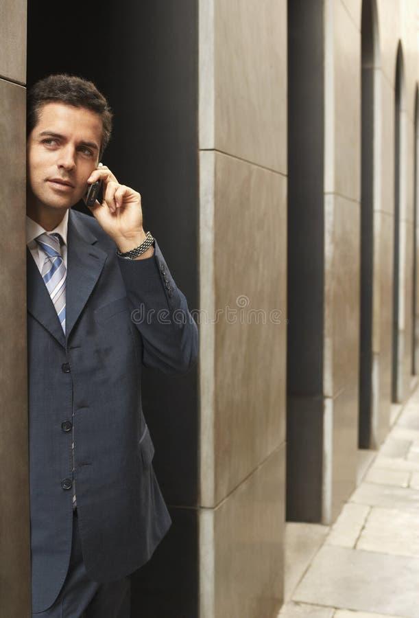Uomo d'affari Using Mobile Phone fotografia stock libera da diritti