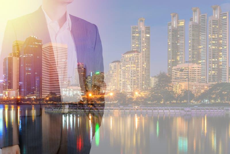 Uomo d'affari in vestito con il fondo della città con doppia esposizione IL immagine stock