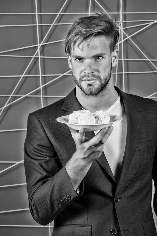 Uomo d'affari in vestito con la caramella gommosa e molle, alimento fotografia stock libera da diritti