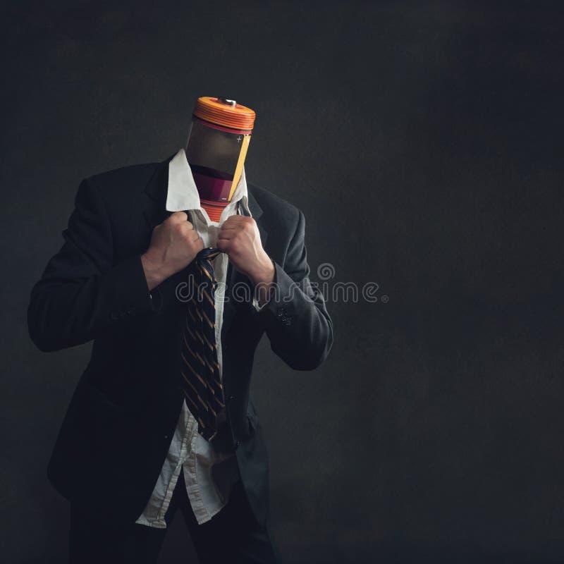 Uomo d'affari in vestito con un accumulatore come testa immagini stock