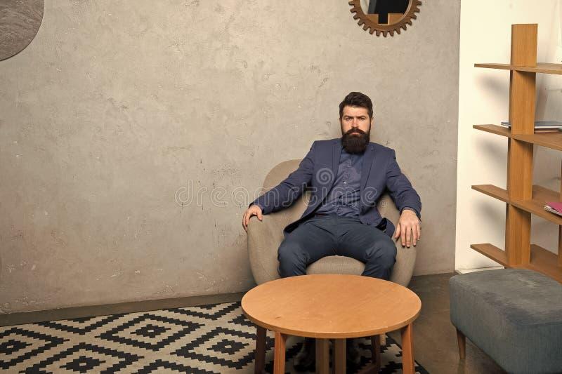 uomo d'affari in vestito convenzionale Agente immobiliare dell'uomo Agente immobiliare barbuto dell'uomo I pantaloni a vita bassa immagini stock libere da diritti