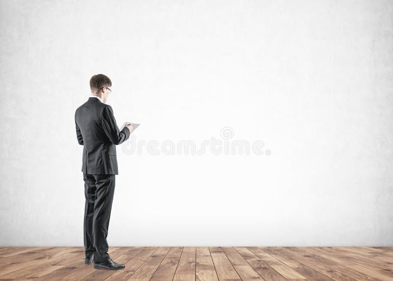 Uomo d'affari in vetri che compongono le note, false fotografia stock