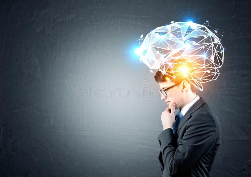 Uomo d'affari in vetri con il grande ologramma del cervello fotografie stock