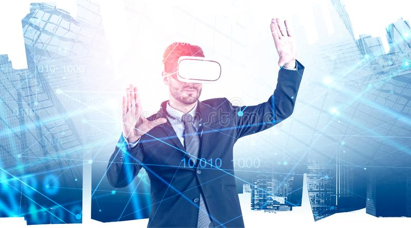Uomo d'affari in vetri di VR in città, codice di scrittura immagine stock