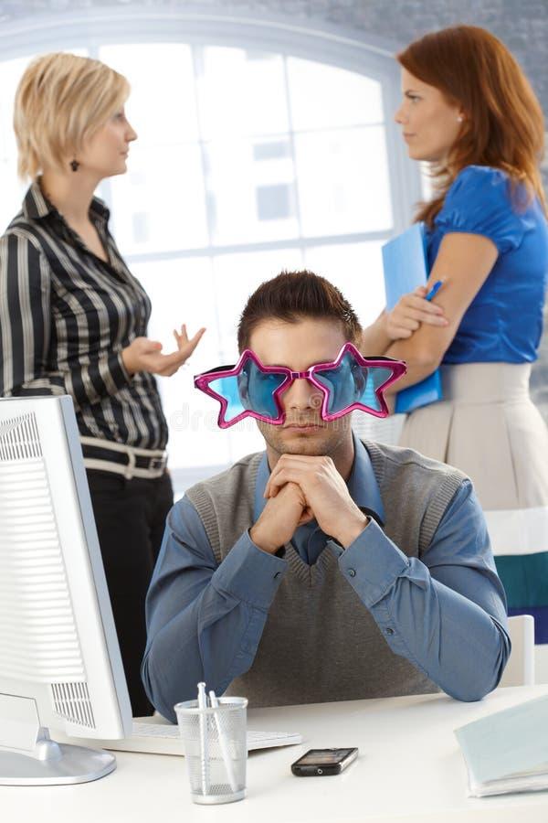 Uomo d'affari in vetri divertenti immagine stock libera da diritti