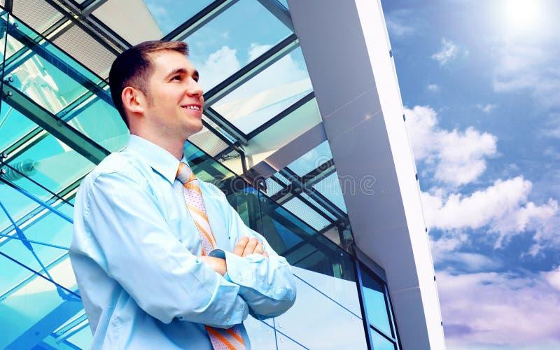 Uomo d'affari vicino alle costruzioni moderne fotografia stock