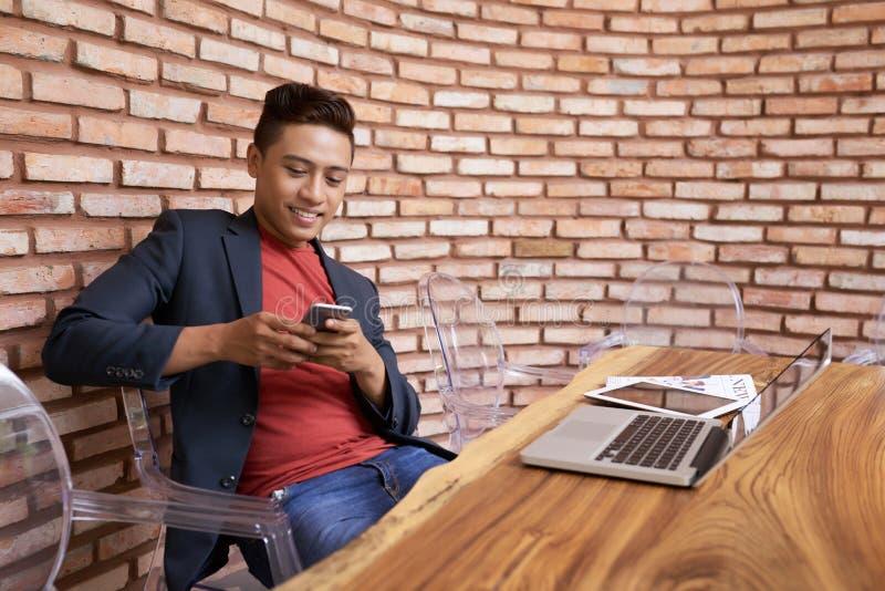 Uomo d'affari vietnamita bello alla sala del consiglio moderna immagini stock