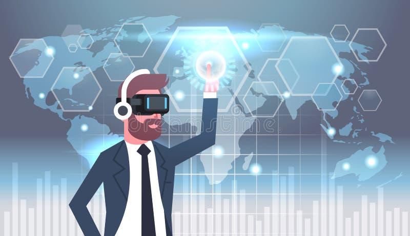Uomo d'affari In Vr Goggles che usando l'interfaccia utente con il concetto di tecnologia di vetro di realtà virtuale del fondo d illustrazione di stock