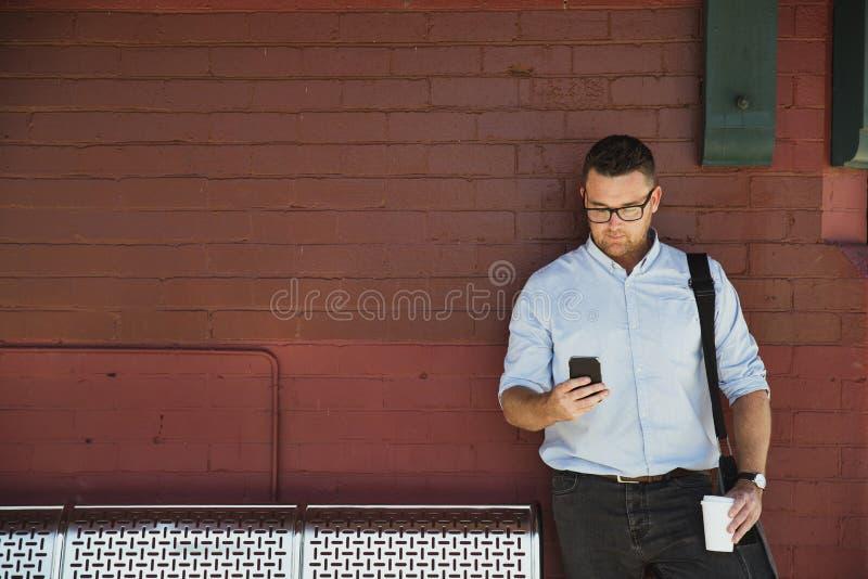 Uomo d'affari Waiting alla stazione ferroviaria fotografia stock libera da diritti