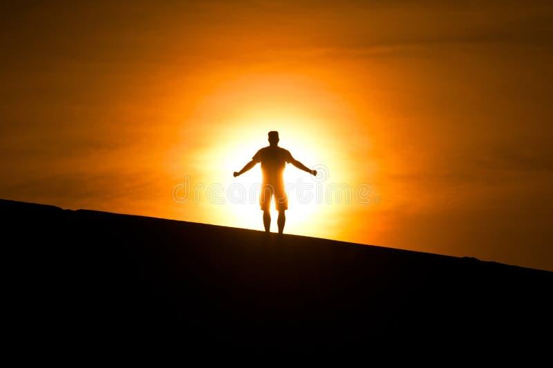 Uomo d'ardore sulla collina immagine stock libera da diritti