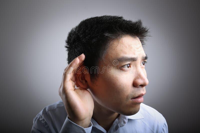 Uomo d'ascolto fotografia stock libera da diritti