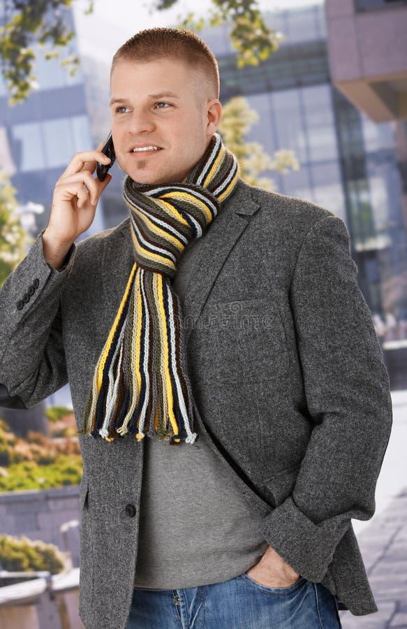 Uomo d'avanguardia che per mezzo del telefono mobile fotografia stock libera da diritti