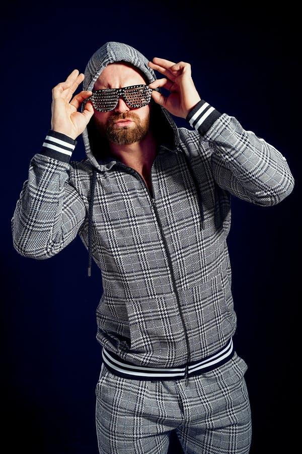 Uomo d'avanguardia in vestito ed occhiali da sole alla moda di sport immagini stock libere da diritti