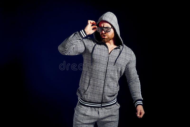 Uomo d'avanguardia in vestito ed occhiali da sole alla moda di sport fotografie stock libere da diritti