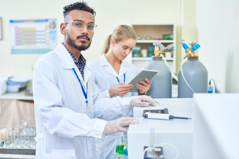 Uomo da attrezzatura medica moderna immagine stock