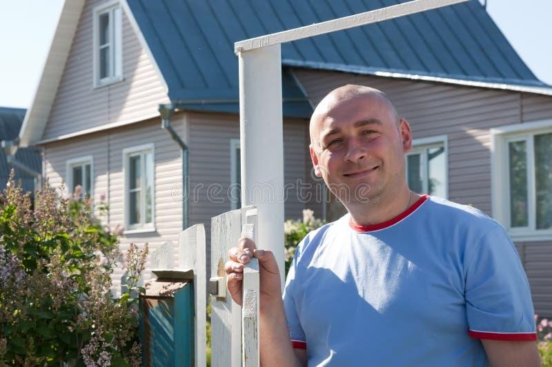 Uomo davanti alla sua casa fotografie stock