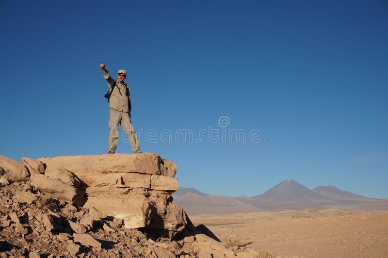 Uomo in Death Valley, deserto di Atacama, Cile fotografia stock libera da diritti