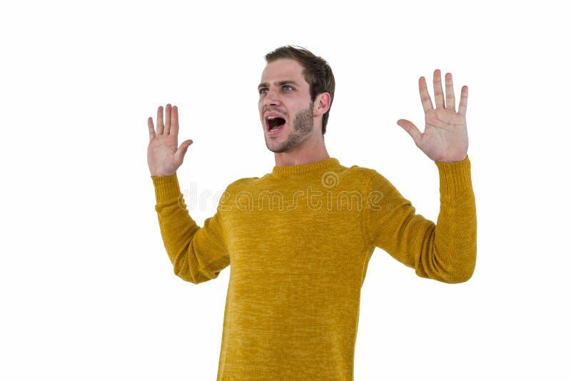 Uomo dei pantaloni a vita bassa che grida fotografia stock libera da diritti