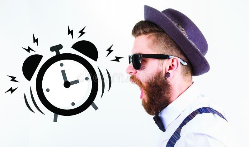 Uomo dei pantaloni a vita bassa che grida verso un orologio fotografie stock libere da diritti