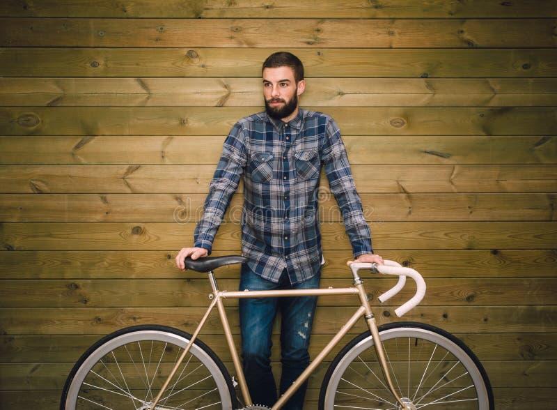 Uomo dei pantaloni a vita bassa con la sua bici del fixie fotografia stock